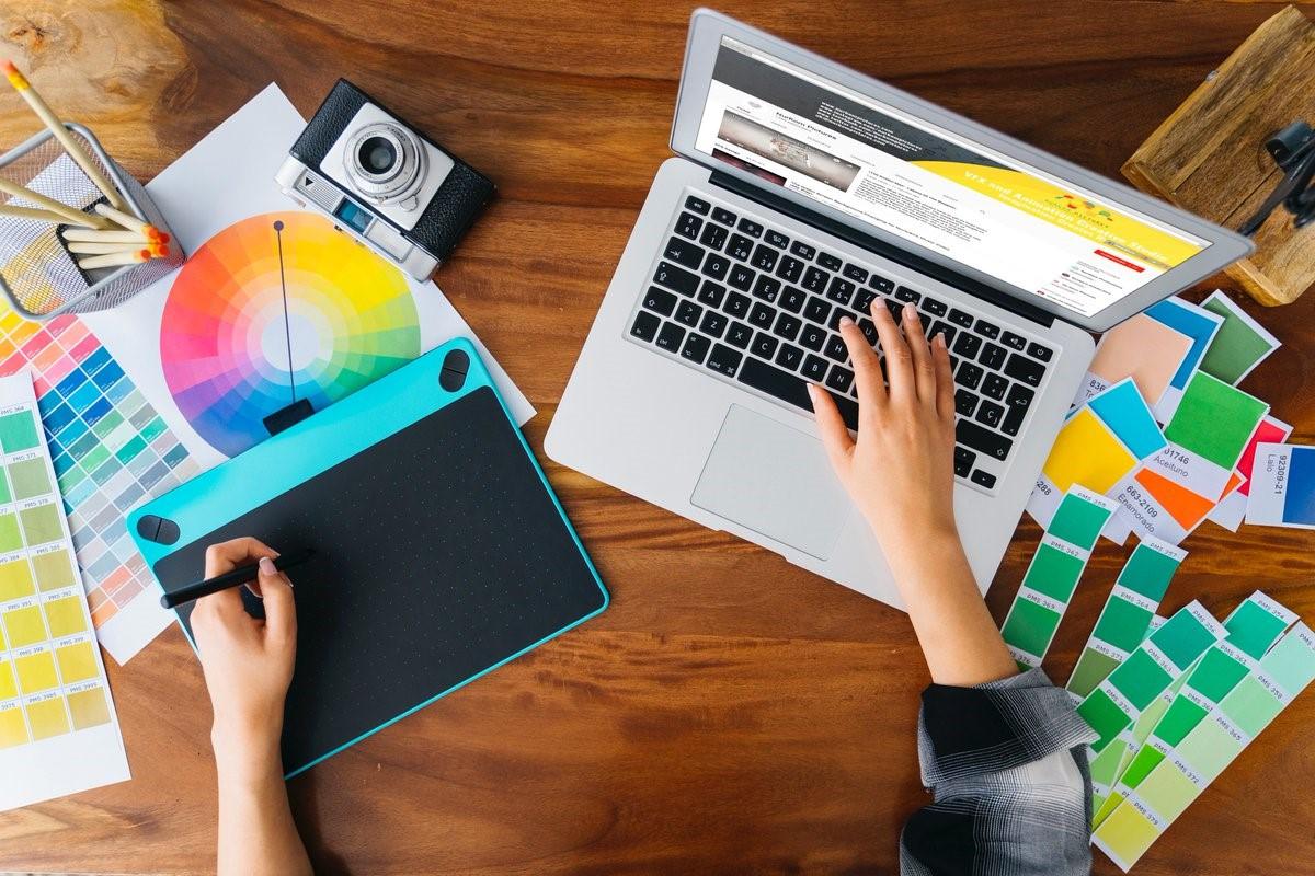 تنها با داشتن یک لپتاپ و با انجام کارهایی مانند نویسندگی و طراحی گرافیک،  میتوانید به درآمد مناسب دلاری برسید.